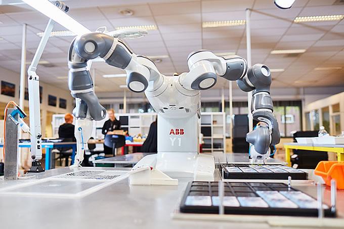 Au cœur de la production Deonet, les machines et les hommes travaillent main dans la main.